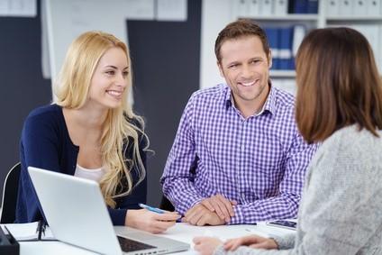Paar wird von Buchhalterin im Büro beraten